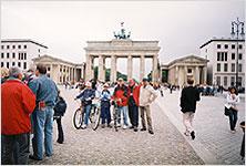 Перед Бранденбургскими воротами в Берлине